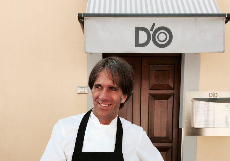Davide Oldani davanti all'ingresso della vecchia sede del D'O in località San Pietro all'Olmo a Cornaredo (Milano); sotto quella attuale, distante un centinaio di metri