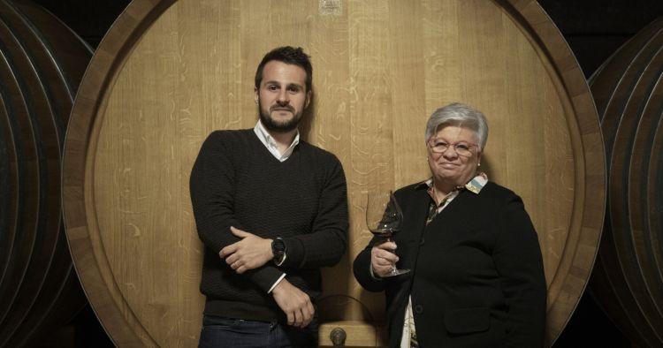 Un'altra bella immagine di Oscar Arrivabene e Giuliana Viberti, questa volta in cantina