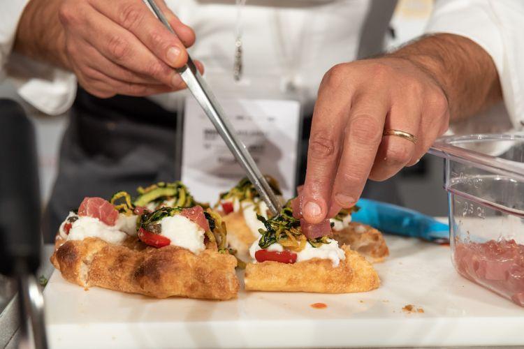 La pizza di Cristian Marasco conpomodorino, capperi siciliani di Salina, emulsione di burrata, zucchine alla scapece, tonno marinato con sale ,olio ed emulsione di riccio di mare, polvere di capperi.