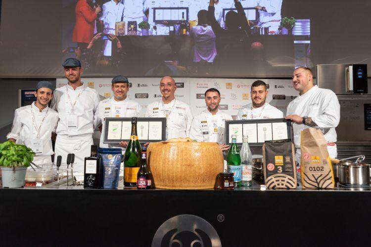 Cristian Marascode laGrotta azzurrae Ciro Oliva di Concettina ai Tre Santi insieme alla loro squadra sul palco di Identità di Pizza