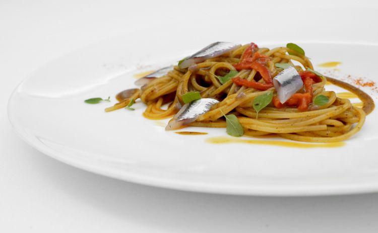 Golosissimo questo Spaghettino con peperone bruciato, alici e maggiorana. Un attimo di comfort food