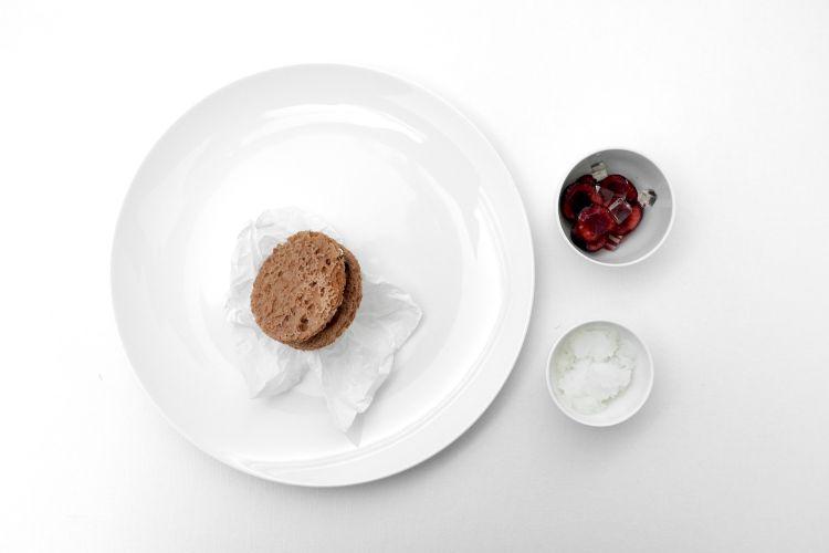 Foresta nera: insalata di ciliegie con gel di sambuco; panino all'amarena, cioccolato di Modica e panna; granita di sambuco