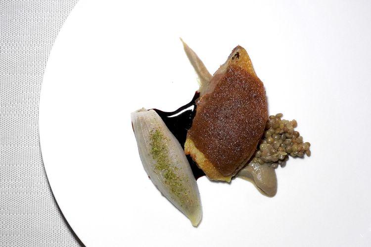 Piccione: petto in crosta, pepe, cipolla con terrina di cosciae fegato, lenticchie di Castelluccio, Sagrantino passito. La rivedere la crosta di pane