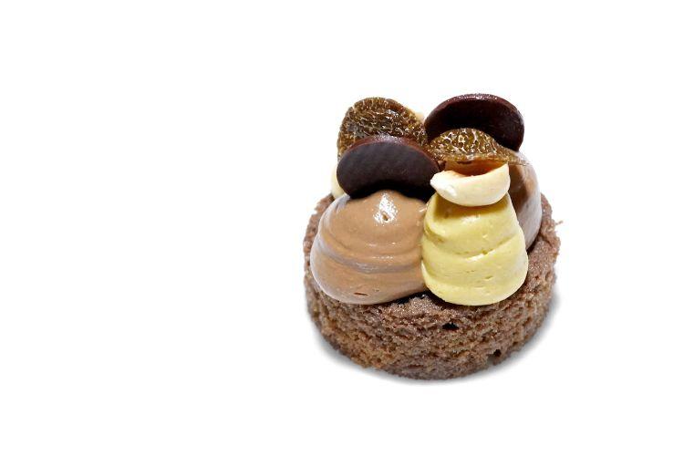 Tartufo: biscotto, ganache al cioccolato, tartufo nero e nocciola