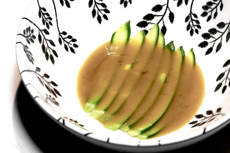 Zucchina, salsa allo zafferano e pesci di lago