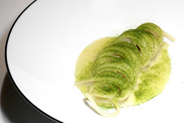 Spaghetto, Parmigiano Reggiano, polvere di alloro. La pasta è cotta metà in acqua, metà in acqua e chardonnay