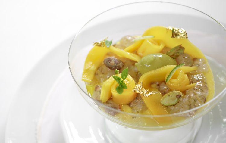 Martini di mazzancolle dell'Adriatico e mango peruviano via aerea, con gel di limone, basilico, pistacchi tostati di Bronte, finta oliva di burro di cacao al tè Matcha e Martini dry