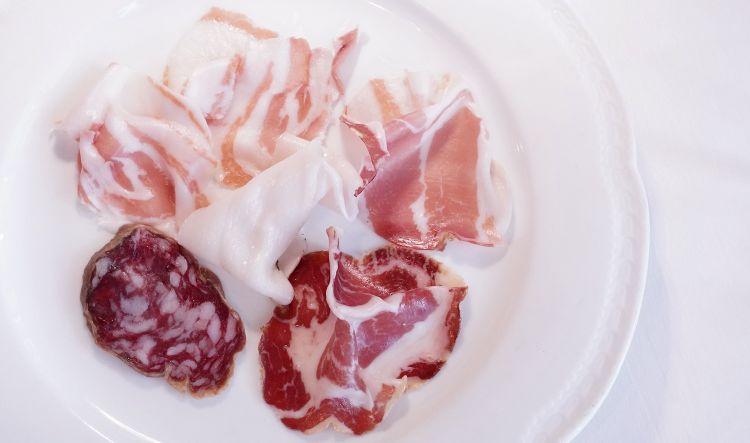 Grasso è buono: pancetta di maiale nero stagionata 3 anni, lardo alle erbe aromatiche, salame di nero stagionato 9 mesi, spalla cruda di Palasone stravecchia, coppa
