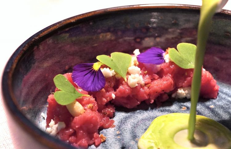 Beef steak tartare from Val Pusteria, couscous of cooked and raw cauliflower, herbs, mountain pine nuts, cream of fermented cauliflower, fir oil. The young woman has class. This dish is a marvel, it brings the usual tartare to the Alps, with fresh, balsamic, elegant and also rich notes