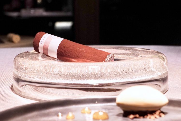 Dark chocolate cigar with caramel mousse and beer gelato. Not a novelty but especially elegant thanks to the perfect mix of textures. The chocolate is thin and crispy