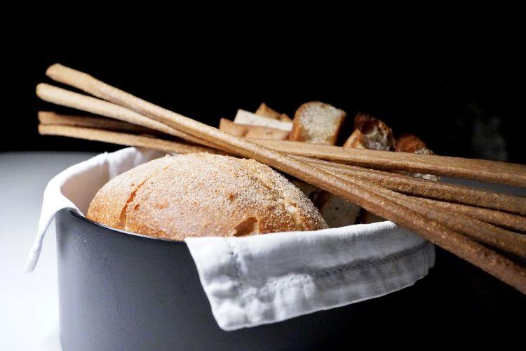 I lievitati: crackers all'origano e rosmarino, grissini al grano arso, pane al lievito madre, ciappe