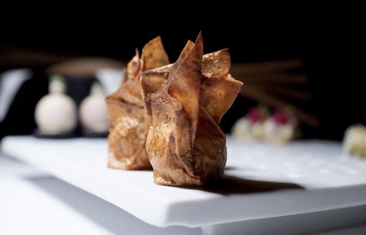 Caramelle di toma stracchinata di pecora Brigasca, pellicola di pere, carta di cipolla