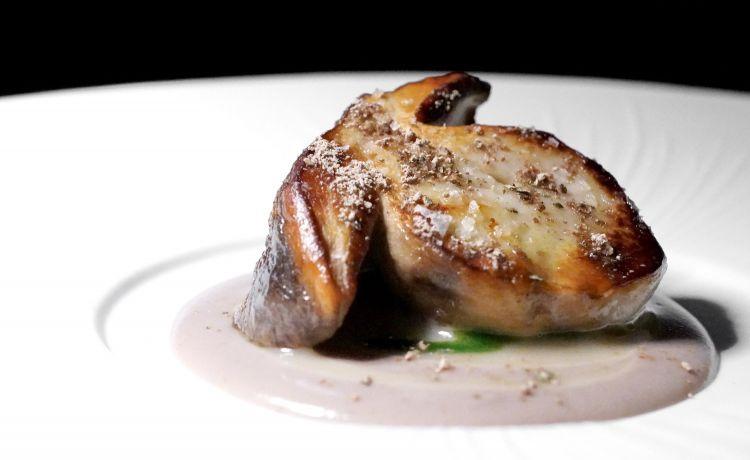 Fungo porcino del Sassello, salsa al Vermentino, salsa al prezzemolo, pepe di Sarawak. Il fungo è cotto a 70° e matura una settimana per concentare il gusto