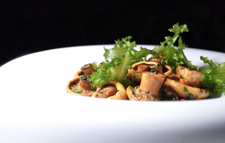 Battuta di Fassona, lardo maison, funghi sanguinelli alla brace, prezzemolo, aglio, olio, chips di patata
