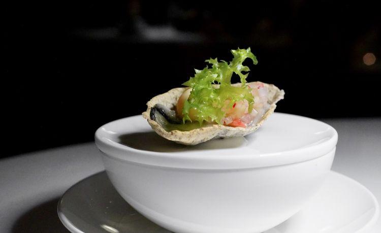 Ostrica: ostrica sbianchita nell'acqua di mare, falso guscio di pasta matta all'alga nori, perla di gambero rosa, brunoise di cetriolo e pera