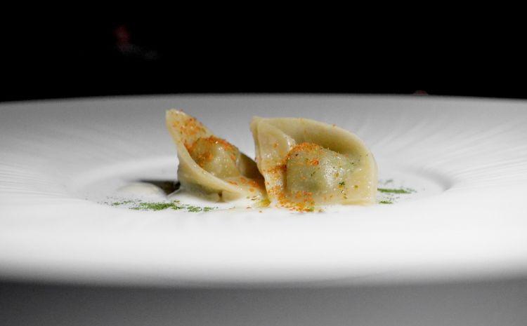 Pansotti ripieni di biete e coste, crema all'aglio e peperoncino