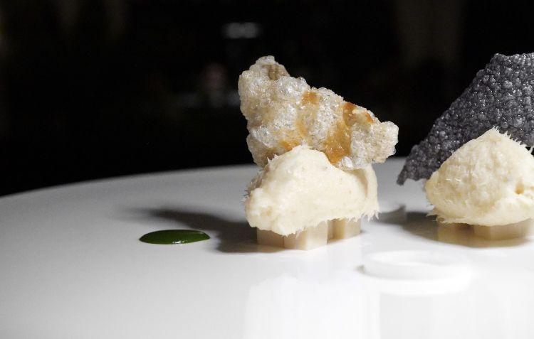 Brandacujun di stoccafisso Ragno, patate quarantine, panissa di ceci, estratto di prezzemolo, chips di patate viola e pelle croccante di stoccafisso