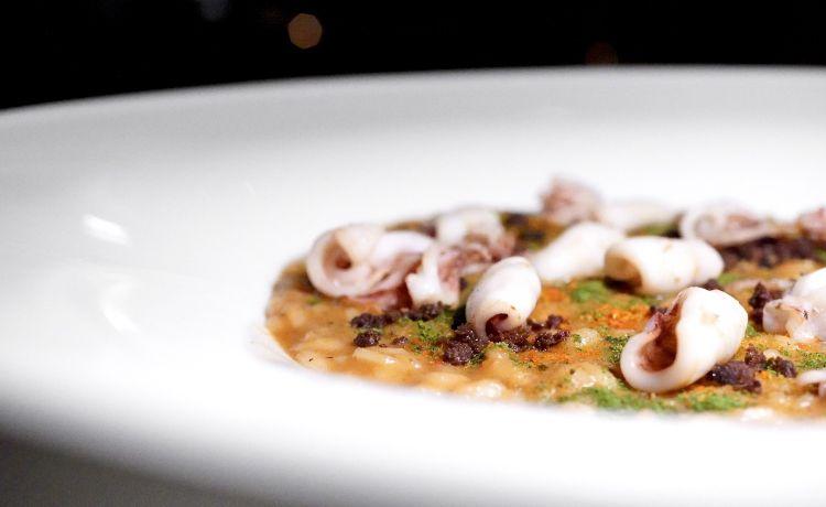 Carnaroli Riserva San Massimo, fondo di moscardini e totani, fragolini locali, pomodoro, peperoncino, terra di olive taggiasche