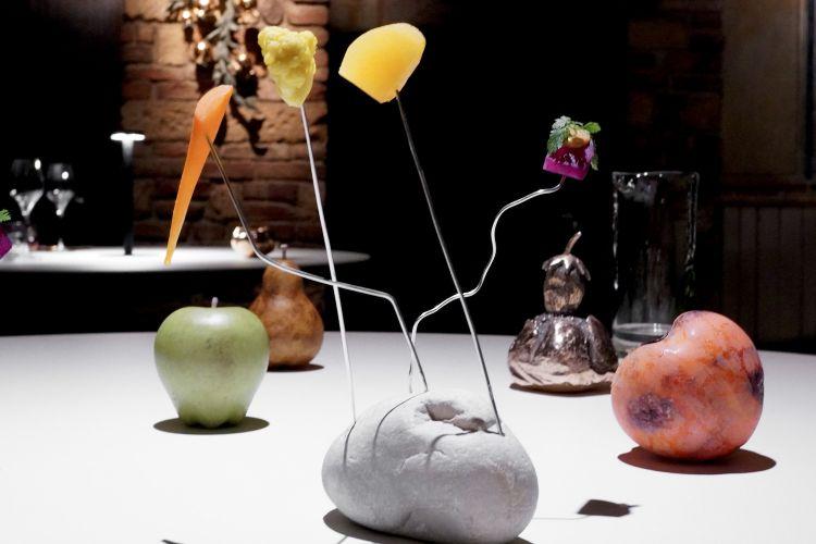 Giardino pensile, ossia frutta e verdura in osmosi: rapa con uva fragola e miso (eccellente), caruta e yuzu, cavolfiore con curry e cumino, mela con kimchi