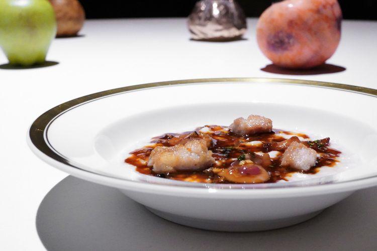 Risotto alla sbirraglia, con Parmigiano, una base al tartufo, le animelle croccanti, i rognoncini, le creste di gallo. Buono, ma con un certo eccesso di formaggio che lo rende godibilissimo ma un po' piacione