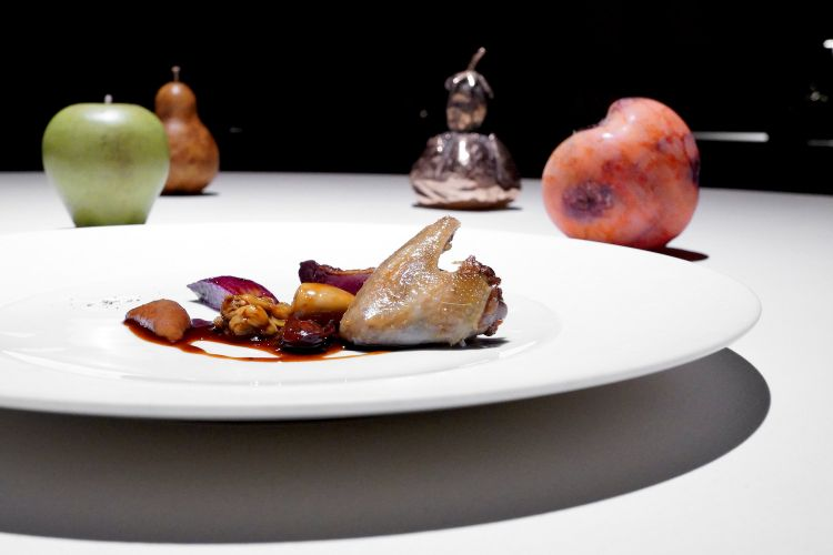 Piccione e ostriche, con levistico,scalogno, salsa al Porto. Petto, cuore,filetto e alette di piccione racchiudono le sue interiora e il mollusco