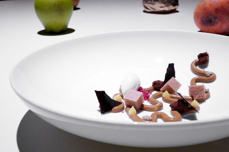 Cremoso alle arachidi, gelato al cedro, ciuffi di gel allo zenzero, meringhe al cioccolato