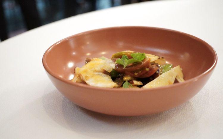 Insalata di porcini, varietà di pomodori maturi e fichi, aglio e nepitella(con un po' troppo aglio, peccato)