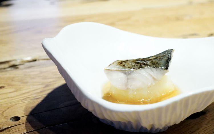 Sgombro in blend di aceti, purea di patate e porriarrostiti al barbecue, brodo di porri e katsuobushi