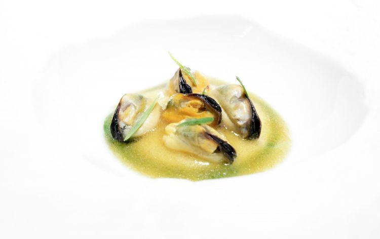Spugna di mare:cozze al burro nocciola acidulo, crema di mandorle di Noto ed estratto di dragoncello