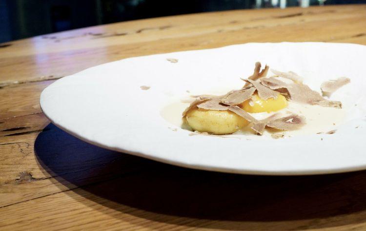 Mi sciolgo:gnocchi di patate con tuorlo d'uovo, aceto balsamico.fonduta di caciocavallo podolico e tartufo bianco. Gli gnocchi sono delle sferificazioni di crema di patate e tuorlo d'uovo cotto a bassa temperatura. Grande equilibrio