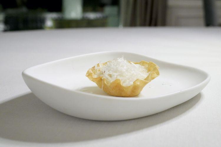 Carbonara croccante in cialda di pane carasau, tuorlo a bassa temperatura, spuma di guanciale e pecorino fresco