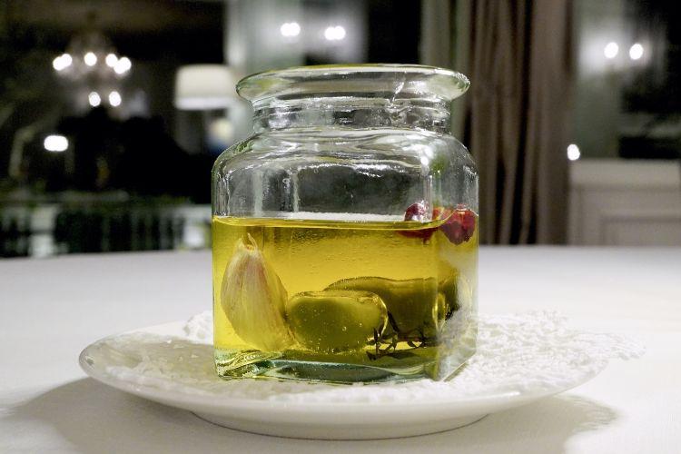 Arriva un vaso con le Olive al casoncello
