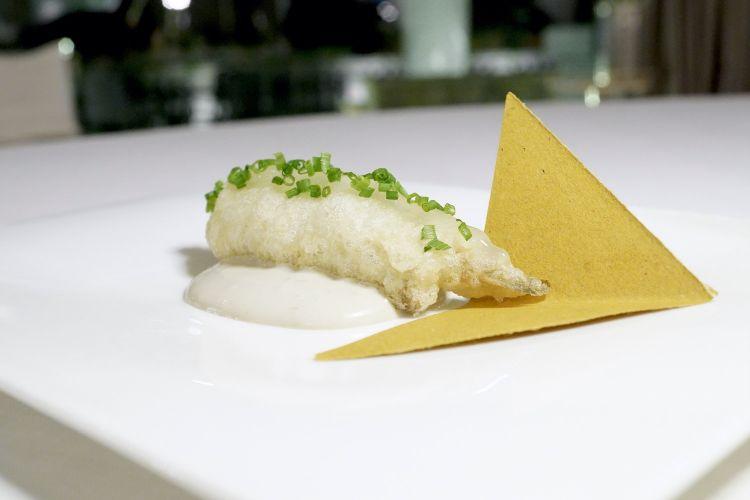 L'alice tonnata: alice alla griglia e in tempura, salsa al tonno e lemon curd