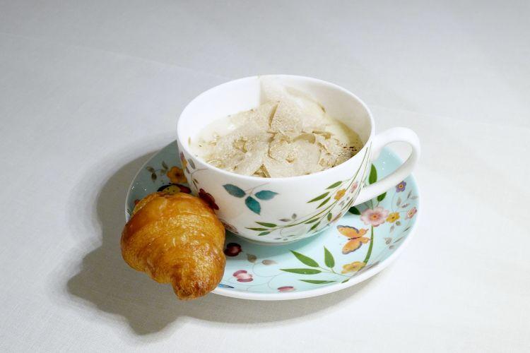 Cappuccino di funghi trifolati, spuma di patate, cacao e tartufo bianco