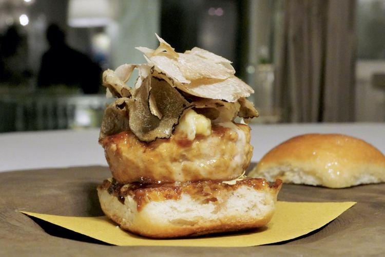 Il nuovo Tartuburgher: hamburger di vitello, fonduta di robiola di Roccaverano, porri stufati al tartufo, tartufo nero e bianco, lattughina