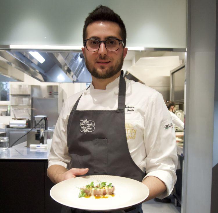 Federico Gallo con il suo signature dish:Tonno di coniglio, olive taggiasche, limone e crema all'aglio dolce