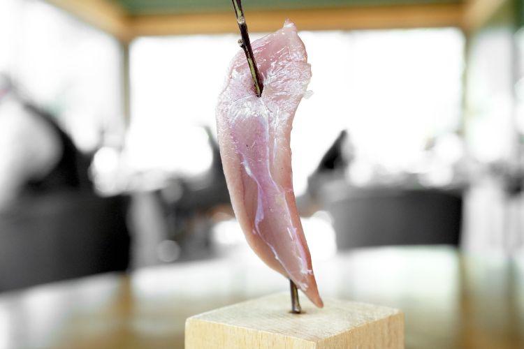 Petto di piccione con colatura di alici. La carne èprima disidratata e poi reidratata, l'effetto è un gusto potenziato, intensoma insieme delicato. Bravissimi