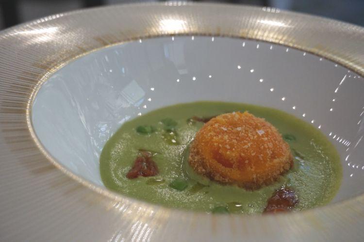Le foto del menu di Ai Due Platani iniziano con l'entrée:Vellutata di piselli con tuorlo fritto e pomodorini confit