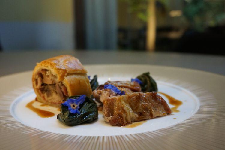Fagiano alla pressa: petto arrosto, coscia in pasta brisé con fegatini e tartufo, borragine