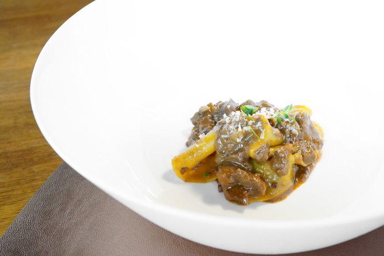 I primi piatti di Osteria Billis sono tutti perfetti. Qui Lenzuolo 40 tuorli,ragù di piccione, santoreggia, robiola astagionata e salsa cibreo