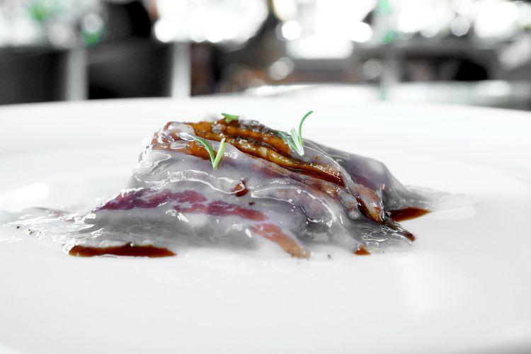 Pluma di maialino, salsa al suo jus con tamarindo, lardo di Valli Unite, crema di patate schiacciate. Porzione un po' abbondante per un percorso degustazione