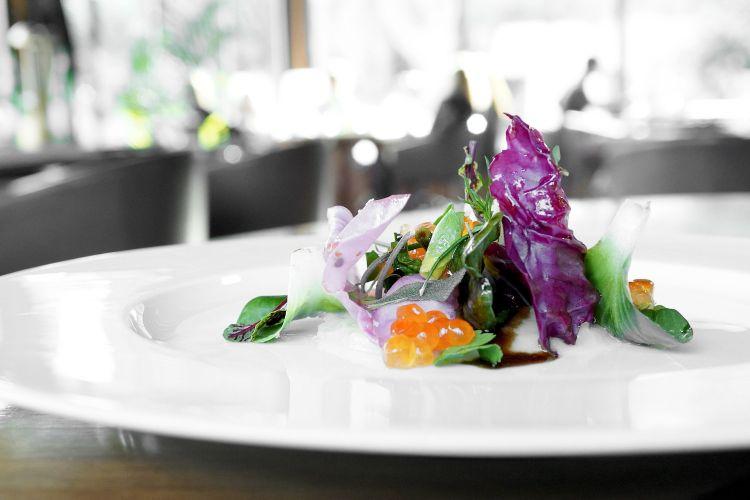 Come contorno, un'Insalata aromatica al radicchio e purea di topinambur inacidita, erbe, uova di salmone Balik