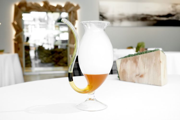 We start with the deliciousWater of pumpkin with parsley oil. It's fun too: guests have to blow in a glass straw to make bubbles: this results in smoke coming out, and in the oil and water mixing