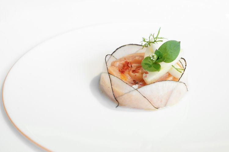 Trout in salmon sauce from Morgex in ceviche of red orange, ramolaccio and citrus fruit gel. It's part of the Art menu and a tribute toKatsushikaHokusaiandukiyo-e