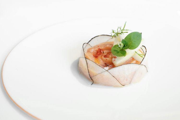 Trota salmonata di Morgex in ceviche di arancia rossa, ramolaccio e gel d'agrumi. Fa parte del menu Arte ed è un omaggio aKatsushikaHokusai e al suo stile ukiyo-e