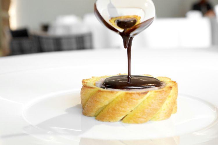 Dal menu dedicato alla Val d'Aosta: Coniglio alla royal, castagne, tartufo nero, pan brioche e salsa royal