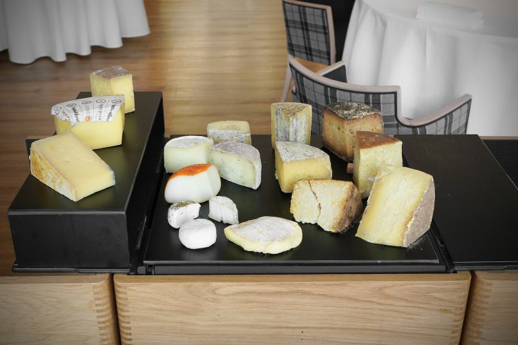 A selection of some twenty cheeses from Valle d'Aosta. In particular, there's an exceptional fontinad'alpeggio,which won theModon d'Oraward