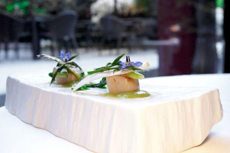 Capesante scottate con asparagi crudi e cotti