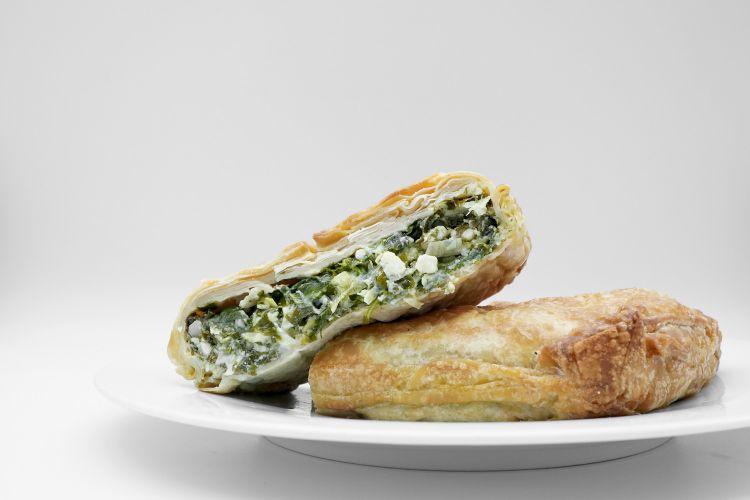 Torta salata con erbe selvatiche, feta e finocchietti