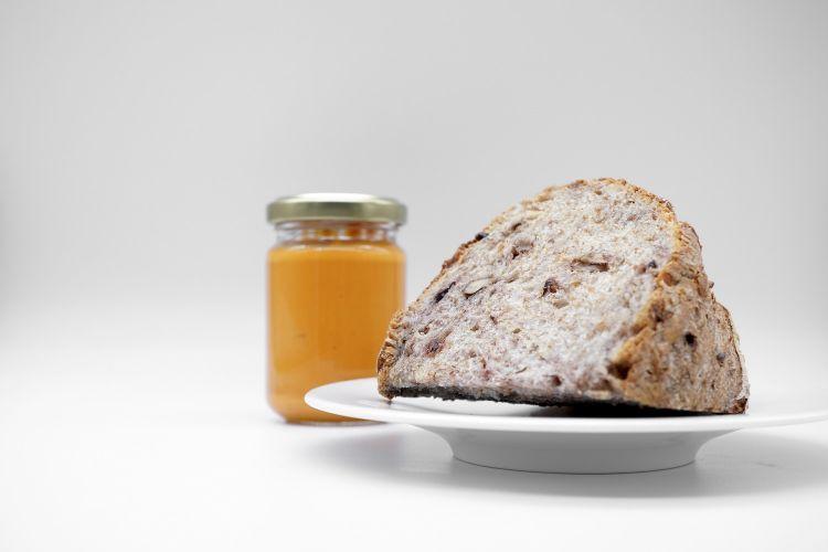 Salsa di peperoni dolci arrostiti con tahina e crema di formaggioe pane integrale artigianale con noci e olive